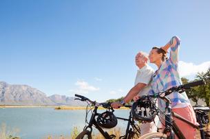 Senior couple mountain biking on country trackの写真素材 [FYI02123515]