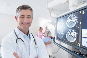Portrait Of Doctor With Patient Having CAT Scan In Hospitalの写真素材 [FYI02123611]
