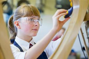 Female high school student in woodworking classの写真素材 [FYI02123685]