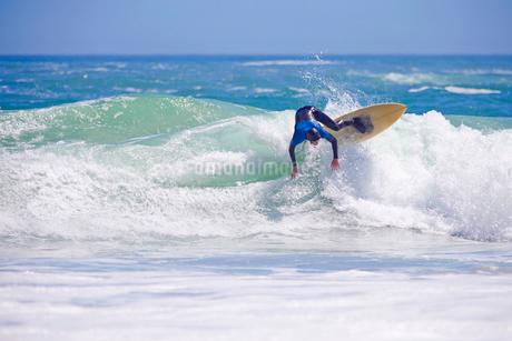 Surfer, losing balance, riding large waveの写真素材 [FYI02123703]