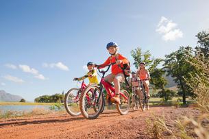 Family mountain biking on country trackの写真素材 [FYI02123740]