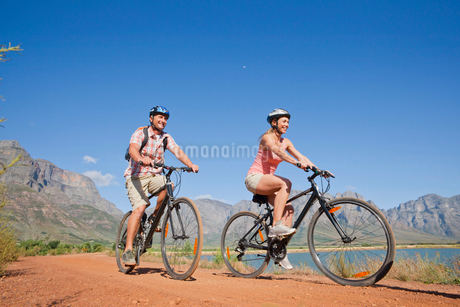 Couple mountain biking in countrysideの写真素材 [FYI02123773]