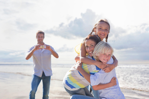 Family Taking Photos On Beach Vacation Togetherの写真素材 [FYI02123792]