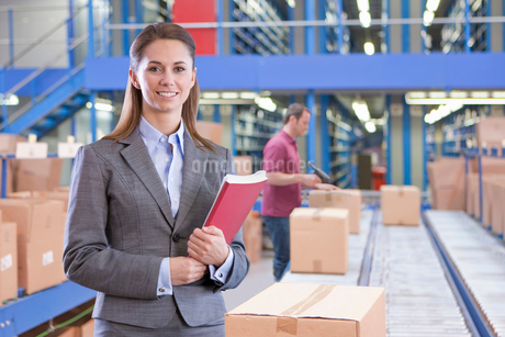 Portrait Of Businesswoman In Warehouse Despatch Areaの写真素材 [FYI02123800]
