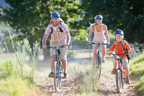 Family mountain biking on country trackの写真素材 [FYI02123862]