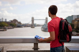 A mid-adult man looking down the river Thames towards Tower Bridgeの写真素材 [FYI02123965]