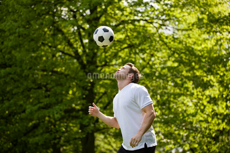 A young man playing with a footballの写真素材 [FYI02124027]