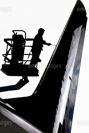 Aero Engineer Working On Tail Of Aircraft In Hangarの写真素材 [FYI02124056]