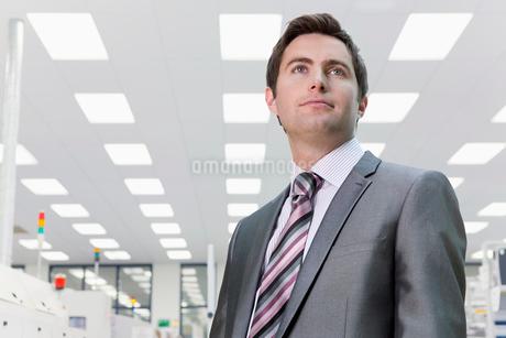 Businessman On Factory Floor Of Electronics Factoryの写真素材 [FYI02124097]