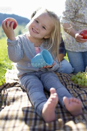 Portrait Of Young Girl Enjoying Picnic In Countrysideの写真素材 [FYI02124099]