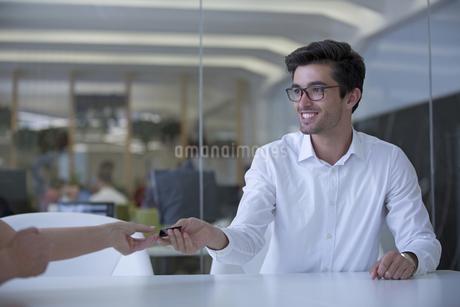 Businessman Handing Over Business Card In Meetingの写真素材 [FYI02124127]
