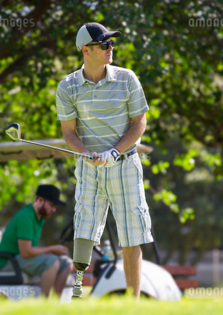 Male Golfer With Artificial Leg Teeing Off On Golf Courseの写真素材 [FYI02124199]