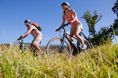 Couple mountain biking in countrysideの写真素材 [FYI02124337]