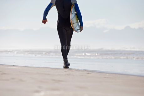 Close Up Of Surfer With Artificial Leg Standing On Beachの写真素材 [FYI02124372]