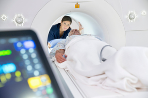 Hospital Radiographer With Male Patient Operating MRI Scannerの写真素材 [FYI02124375]