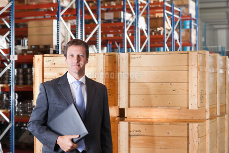 Portrait Of Businessman In Warehouse Despatch Areaの写真素材 [FYI02124384]