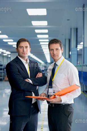 Portrait Of Businessmen Meeting In Engineering Factoryの写真素材 [FYI02124434]
