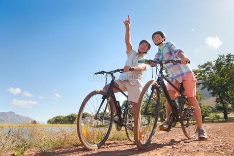 Senior couple mountain biking on country trackの写真素材 [FYI02124452]