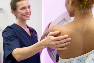 Hospital Radiographer Giving Mammogram To Female Patientの写真素材 [FYI02124477]