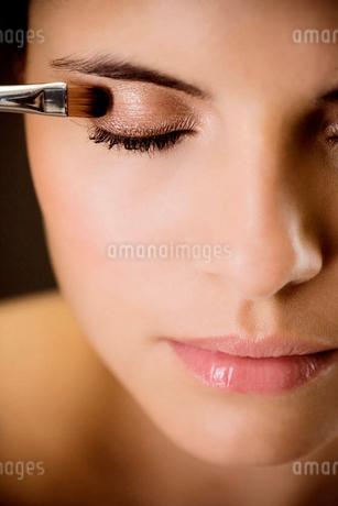Woman applying eyeshadowの写真素材 [FYI02124479]