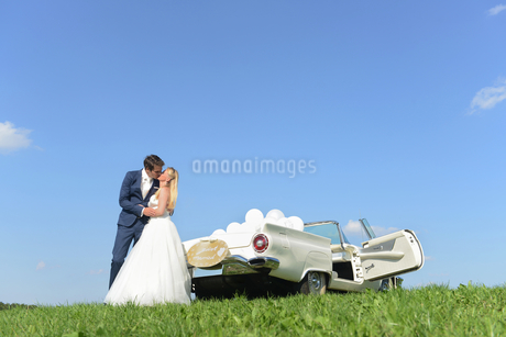 Bride And Groom Next To Open Top Classic Car On Wedding Dayの写真素材 [FYI02124494]