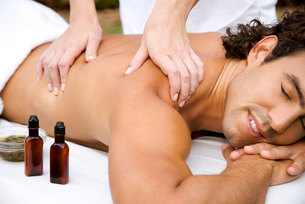Smiling man receiving a massageの写真素材 [FYI02124559]