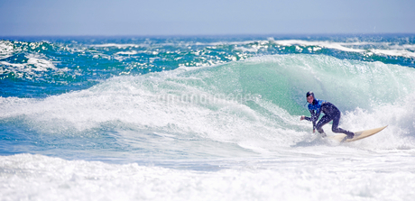 Surfer riding large waveの写真素材 [FYI02124569]