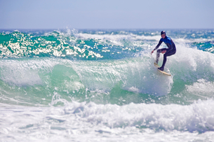 Surfer riding large waveの写真素材 [FYI02124577]
