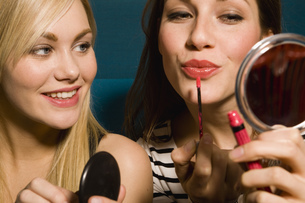 Portrait of young women putting on makeupの写真素材 [FYI02124609]
