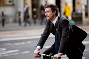 A businessman commuting to workの写真素材 [FYI02124635]
