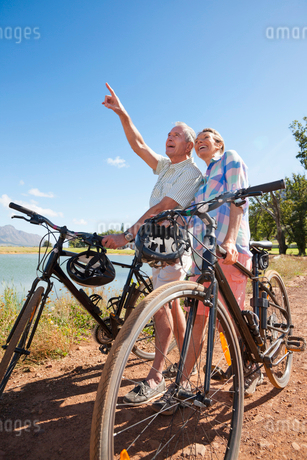 Senior couple mountain biking on country trackの写真素材 [FYI02124714]