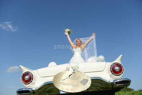 Bride With Bouquet In Open Top Car On Wedding Dayの写真素材 [FYI02124715]