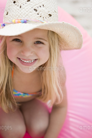Portrait of young girl smilingの写真素材 [FYI02124757]