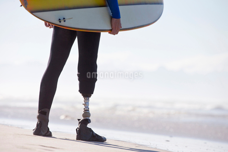 Close Up Of Surfer With Artificial Leg Standing On Beachの写真素材 [FYI02124787]