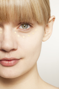 Portrait of young woman wearing make up dotted under eyeの写真素材 [FYI02124813]