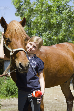 Girl looking after horseの写真素材 [FYI02124897]