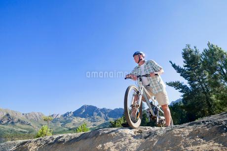 Senior man mountain biking on country trackの写真素材 [FYI02124934]