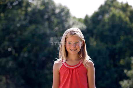 Portrait of a young girl smiling, outdoorsの写真素材 [FYI02124935]