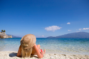 woman, looking out to sea, lying on beachの写真素材 [FYI02124949]