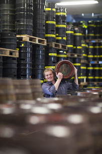 Brewer carrying a wooden beer keg at brewery in Traunstein, Bavaria, Germanyの写真素材 [FYI02124972]