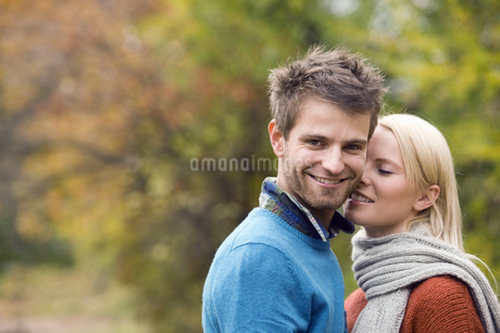 Young couple on college campusの写真素材 [FYI02124996]