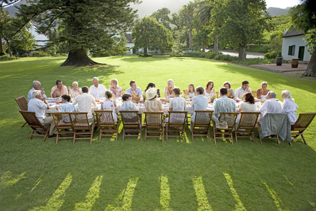 Guests sitting at a table at an outdoor receptionの写真素材 [FYI02125008]