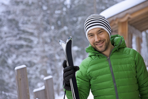 Portrait of man in warm clothing, winterの写真素材 [FYI02125104]
