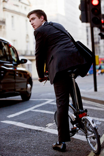 A businessman commuting to workの写真素材 [FYI02125147]