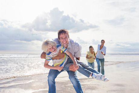 Family Having Fun On Beach Vacation Togetherの写真素材 [FYI02125214]