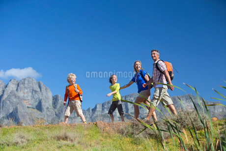 Family hiking on a mountain pathの写真素材 [FYI02125240]