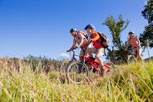 Family mountain biking on country trackの写真素材 [FYI02125258]
