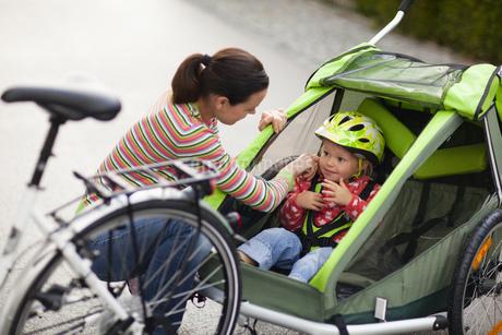 Mother and daughter biking outdoorsの写真素材 [FYI02125312]