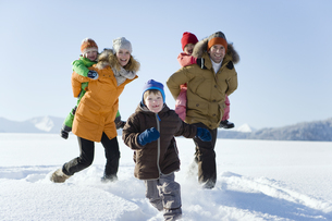 Family walking together through snowの写真素材 [FYI02125335]