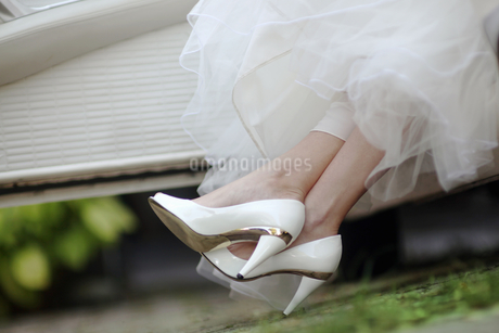Close Up Of Bride's Shoes As She Gets Out Of Wedding Carの写真素材 [FYI02125368]